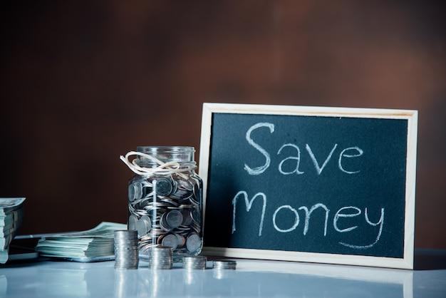 Garrafas de dinheiro com moedas em salvar o conceito de dinheiro Foto gratuita