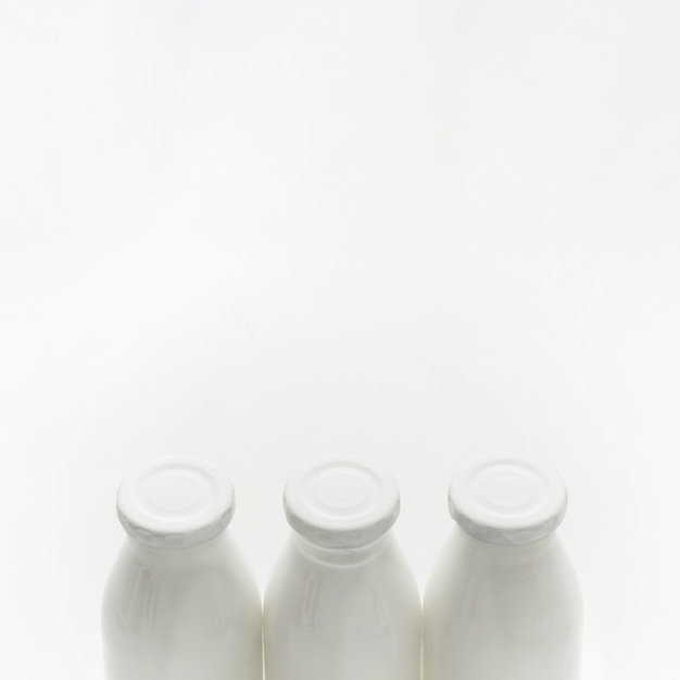 Garrafas de leite orgânico de close-up com espaço de cópia Foto gratuita