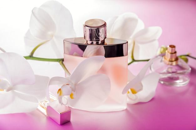 Garrafas de perfume com orquídea Foto Premium