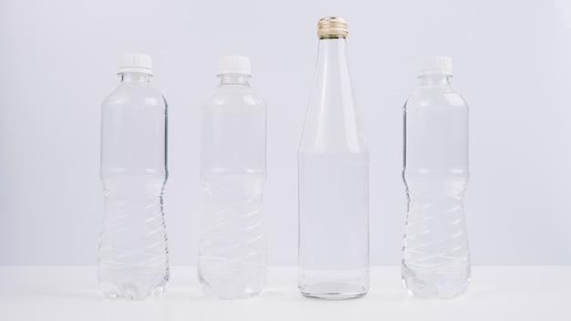 Garrafas de plástico ao lado de eco amigável Foto gratuita