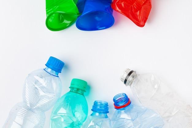 Garrafas de plástico coloridas vazias são resíduos recicláveis Foto Premium