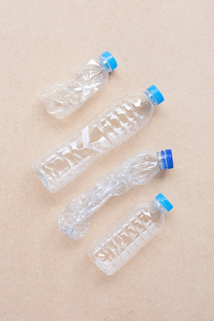 Garrafas de plástico em madeira compensada. Foto Premium