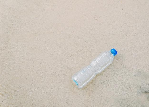 Garrafas de plástico na praia despejo de lixo humano Foto Premium