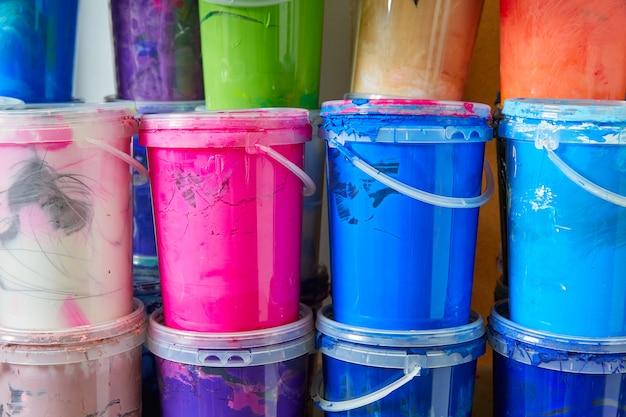 Garrafas de tinta colorida tinta em uma fileira empilhada Foto Premium