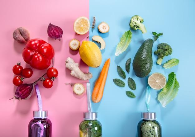 Garrafas de vidro com bebidas naturais em uma parede colorida Foto gratuita