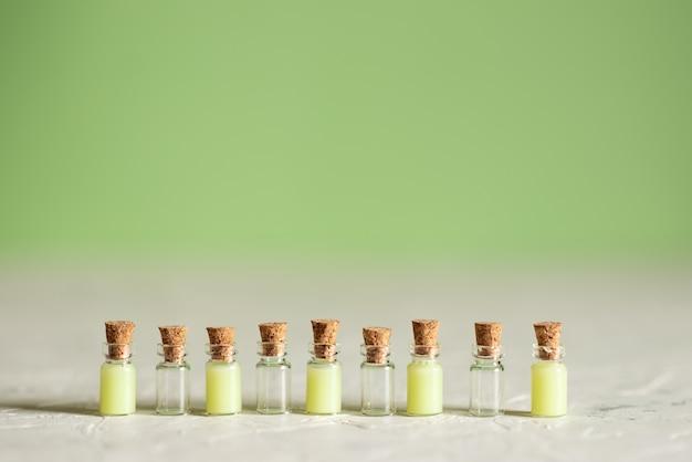 Garrafas de vidro com sabonete líquido e outros cosméticos para spa Foto Premium