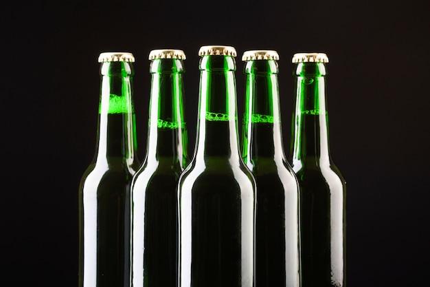 Garrafas de vidro de cerveja gelada estão dispostas no centro Foto gratuita