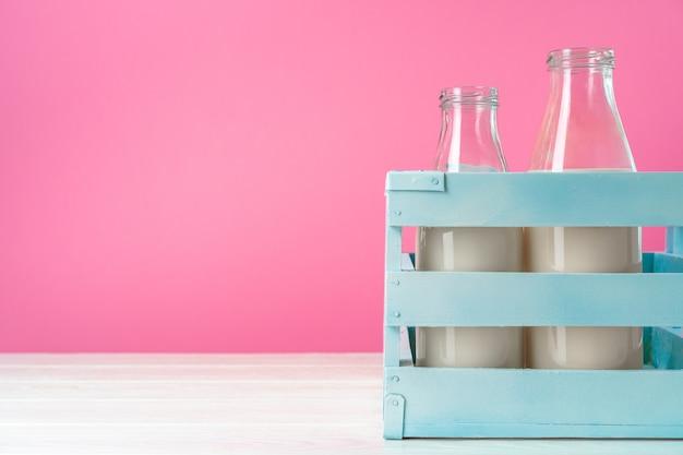 Garrafas de vidro de leite em caixa Foto Premium
