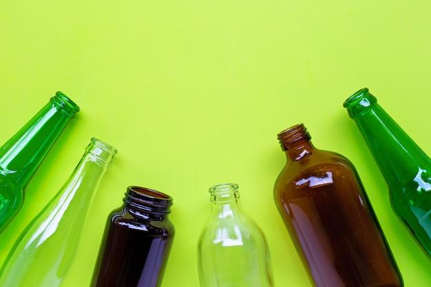 Garrafas de vidro em verde. Foto Premium