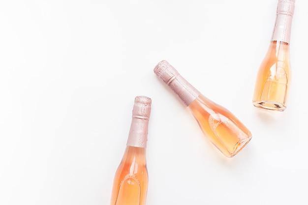 Garrafas de vinho champanhe rosa sobre fundo branco Foto Premium