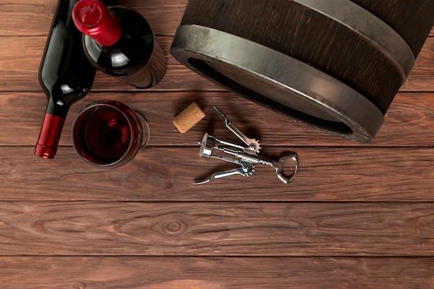 Garrafas de vinho de vista superior em fundo de madeira Foto gratuita