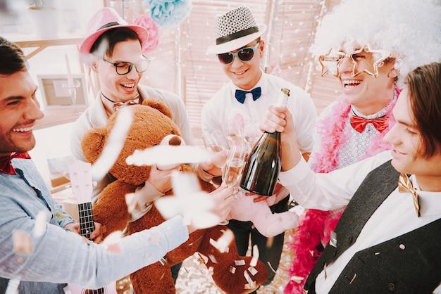 Gays abrindo e bebendo champanhe na festa. Foto Premium