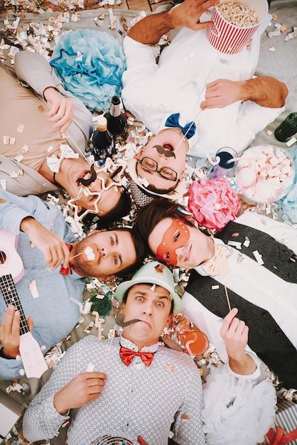 Gays em laços de mentir em círculo no chão Foto Premium