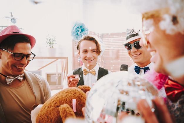 Gays lindos sorrindo para uma festa gay. Foto Premium