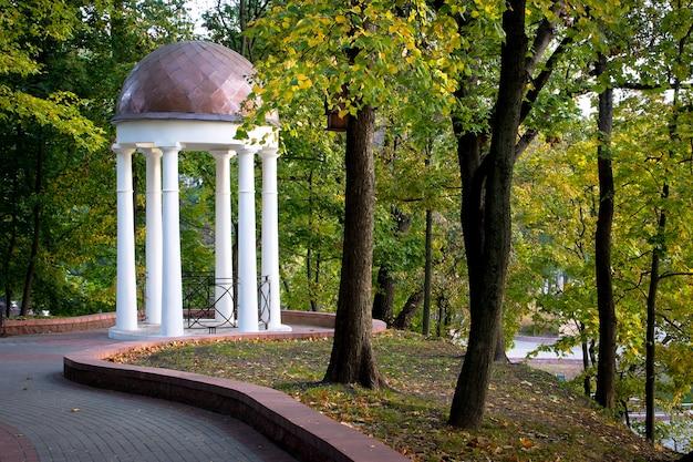 Gazebo branco no parque da cidade Foto Premium