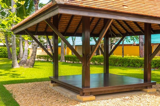 Gazebo de madeira bonito na natureza tropical Foto Premium