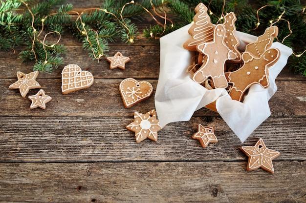 Geada de açúcar de gengibre de natal tradicional em forma de um homenzinho engraçado na caixa Foto Premium