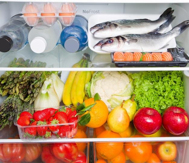 Geladeira cheia de comida com dieta mediterrânea Foto Premium