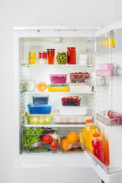 Geladeira com diversos alimentos saudáveis Foto Premium