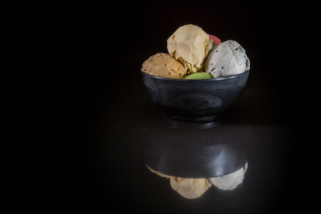 Gelado, colheres, tigela, misturado, sorvete, em, copo gelado, ligado, experiência preta Foto Premium
