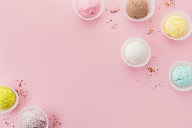 Gelado colorido em copos de papel Foto gratuita