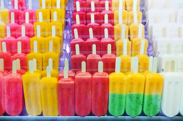 Gelado de frutas no balcão Foto gratuita
