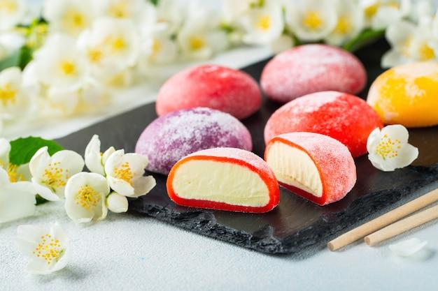 Gelado japonês colorido mochi na massa de pão do arroz. Foto Premium
