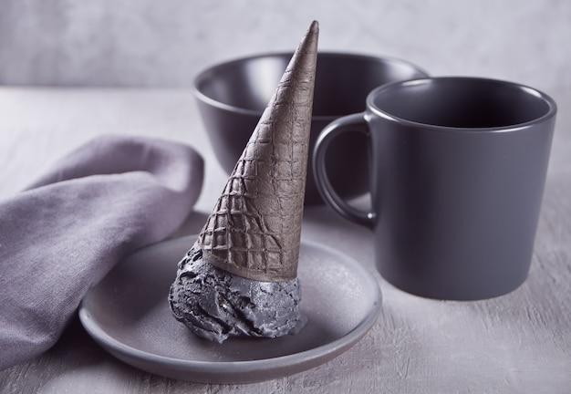 Gelado preto em cones de gelado repartidos tradicionais. Foto Premium