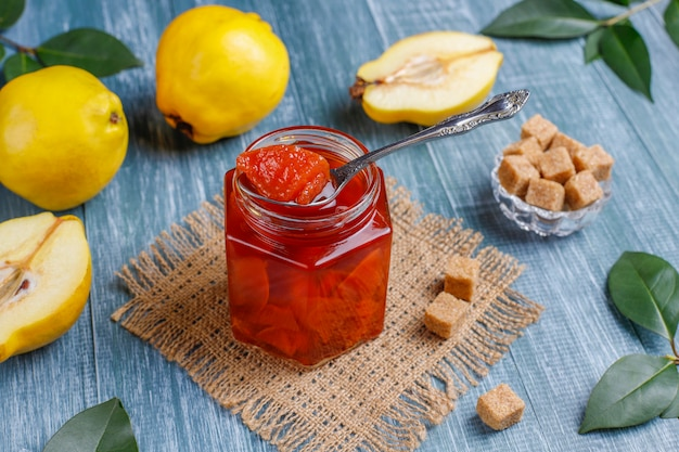 Geléia de marmelo caseiro delicioso e saudável em vidro, vista superior Foto gratuita
