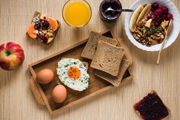 Geléia e salada perto de comida de café da manhã Foto gratuita