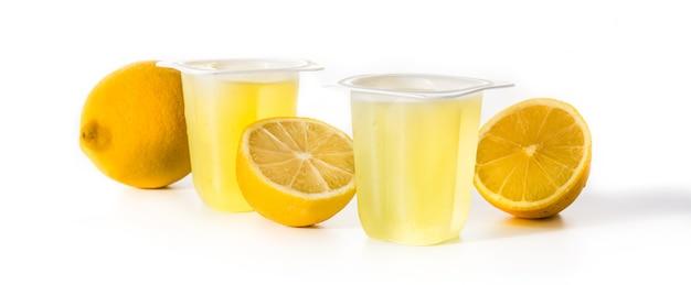 Geléias de limão em um copo de plástico isolado na superfície branca Foto Premium