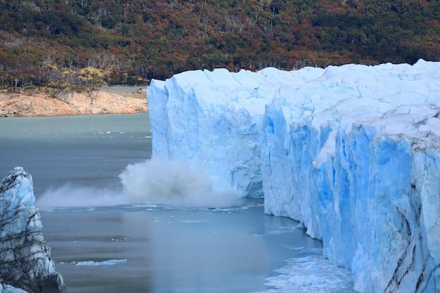 Geleira perito moreno parindo no lago argentino Foto Premium