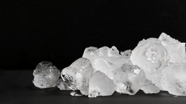 Gelo claro deitado na pilha Foto Premium