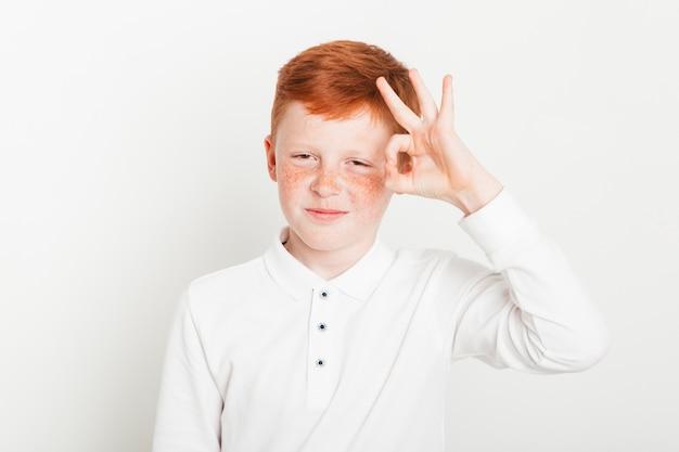Gengibre, menino, fazendo, gesto mão Foto gratuita
