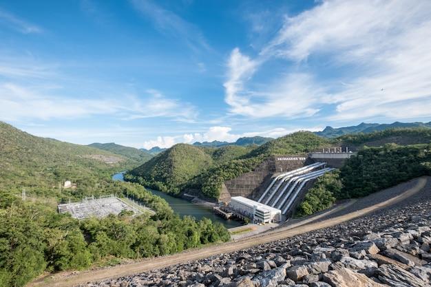 Geração de eletricidade usina na barragem srinakarin no vale no parque nacional Foto Premium