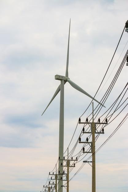 Gerador de energia de fazenda de turbina de vento na paisagem de natureza bela para produção Foto Premium