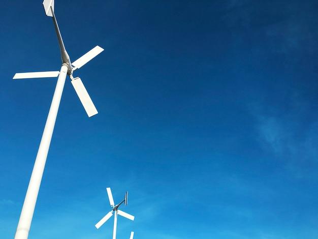 Gerador de energia de turbina de vento com céu azul Foto gratuita