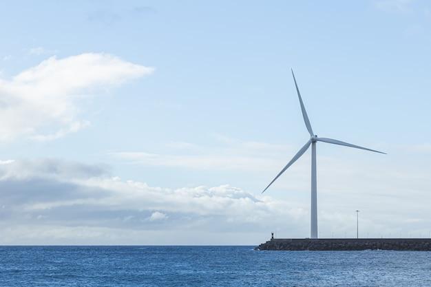 Geradores eólicos de eletricidade na ilha de gran canaria. conceito de energia renovável e meio ambiente Foto Premium