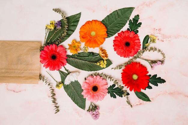 Gerbera flores com folhas verdes e ramos Foto gratuita