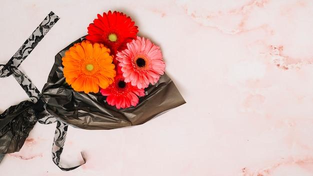 Gerbera flores no filme de embalagem Foto gratuita