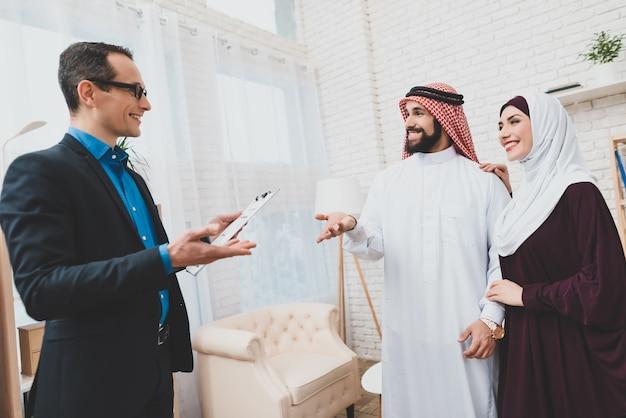 Gerente da família árabe e imobiliária. homem em keffiyeh. Foto Premium