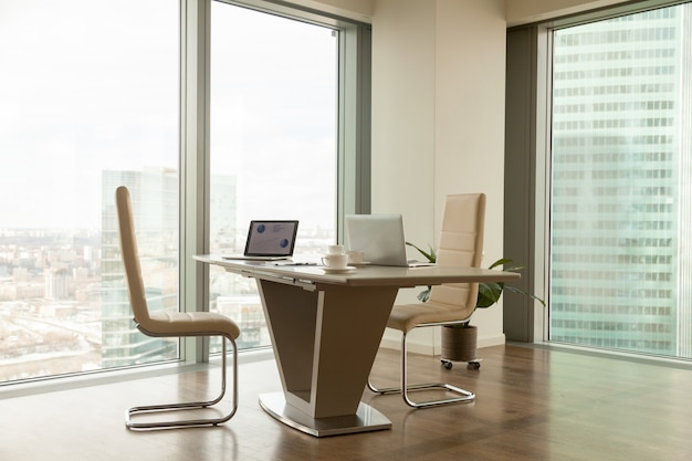 Gerente de empresa moderno no local de trabalho no escritório brilhante Foto gratuita