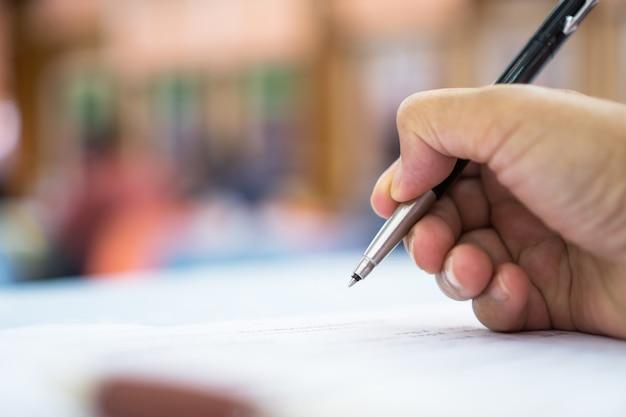 Gerente de homem de negócios asiáticos, verificação e assinatura de documentos de relatório de documentos de preenchimento do requerente Foto Premium