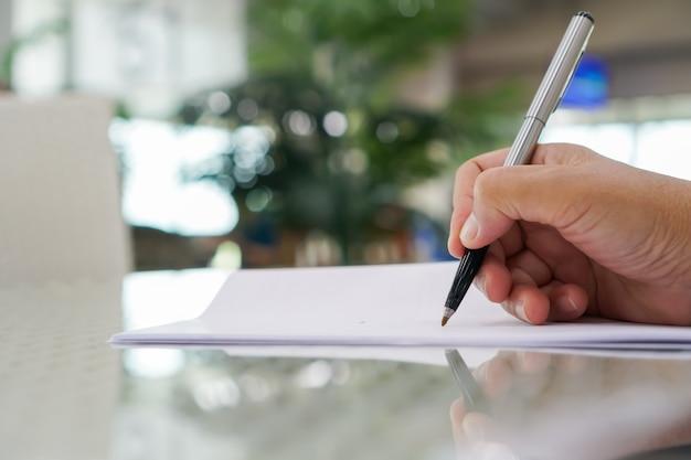 Gerente de negócios asiáticos verificando e assinando documentos Foto Premium