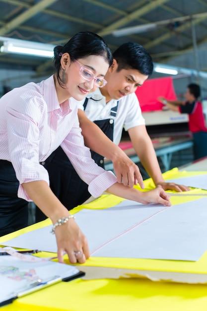 Gerente de produção e designer asiático na fábrica Foto Premium