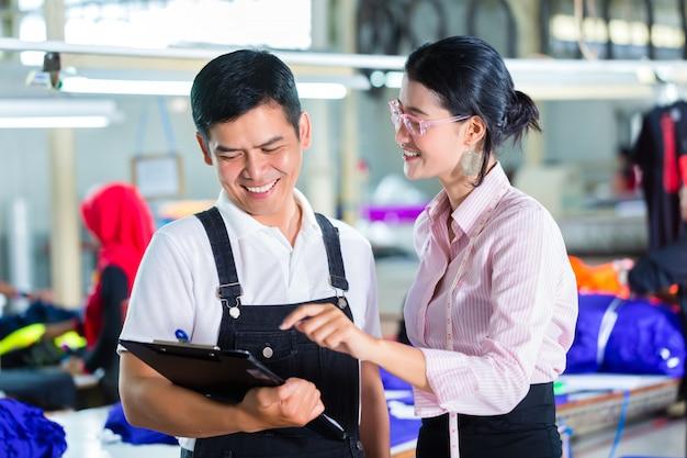 Gerente de produção e designer na fábrica asiática Foto Premium