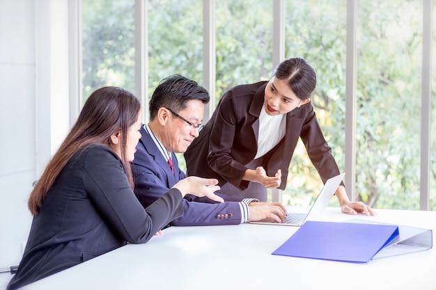 Gerente e equipe de negócios corporativos discutem e compartilham idéias em uma reunião. Foto Premium