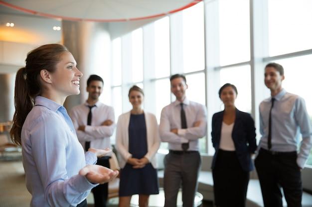Gerente executivo feminino e team Foto gratuita