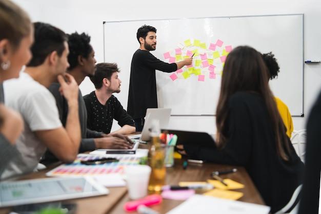 Gerente liderando uma reunião de brainstorming Foto gratuita