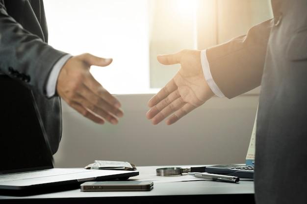 Gesto de empresário, apertando a mão para negociação de negociação ...